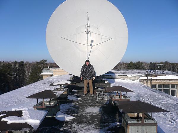 Спутниковая антенна на главном корпусе НГУ